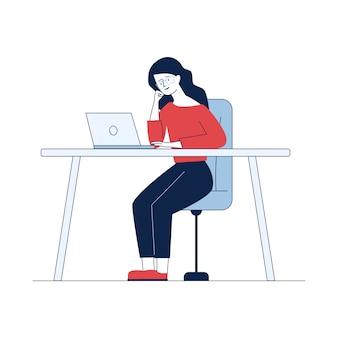 Frau, die mit laptop arbeitet