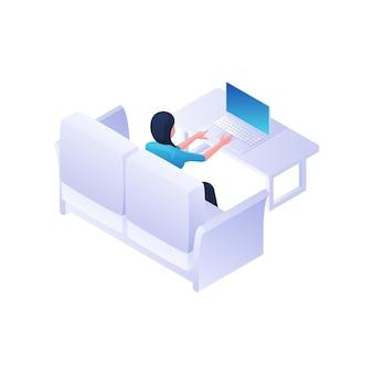 Frau, die mit laptop nach hause isometrische illustration arbeitet. weibliche figur sitzt auf weißem sofa und tippt leise auf laptop auf tisch. gemütliches zuhause freiberufliche und entspannende umgebung konzept.