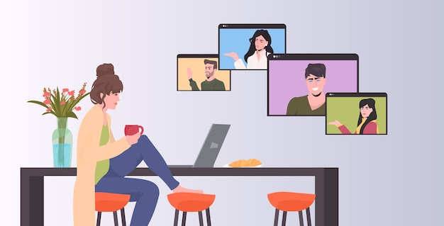 Frau, die mit mischrassenkollegen in webbrowserfenstern während des videoanrufs online-konferenztreffen fernarbeit selbstisolationskonzept horizontal chattet