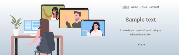 Frau, die mit mischrassenkollegen in webbrowserfenstern während des videoanrufs online-konferenztreffen fernarbeit selbstisolationskonzept horizontalen kopierraum chattet