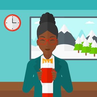 Frau, die mit tasse kaffee sitzt