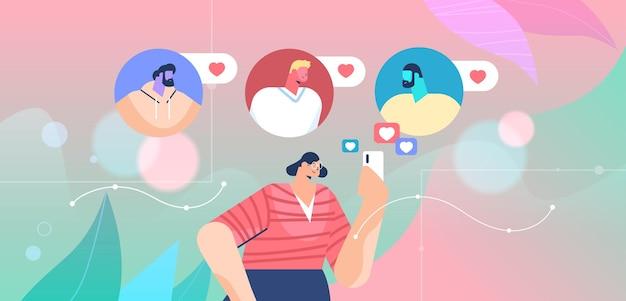Frau, die mobile app für online-dating mit männlichen profilen auf smartphone verwendet social media kommunikationskonzept der virtuellen beziehung horizontale porträtvektorillustration
