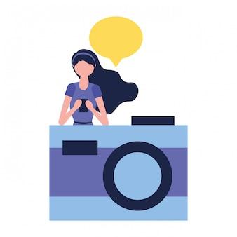 Frau, die mobile kameraspracheblase verwendet