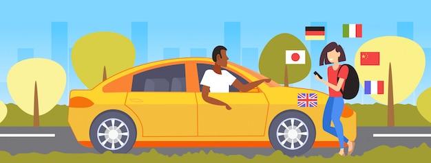 Frau, die mobiles wörterbuch oder übersetzertourist verwendet, der mit taxifahrerkommunikations-personenverbindungskonzept verschiedene sprachen flaggen stadtbildhintergrund in voller länge horizontal diskutiert