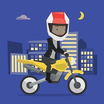 Frau, die motorrad nachts reitet.