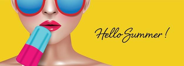 Frau, die popsicletragende bunte gläser auf gelbem hintergrund mit hallo sommer-tex hält