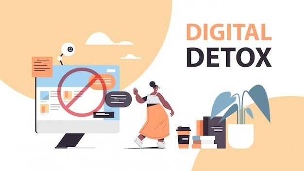 Frau, die stoppgeste mit dem digitalen entgiftungskonzeptmädchen der palme macht, das internet und soziale netzwerke aufgibt