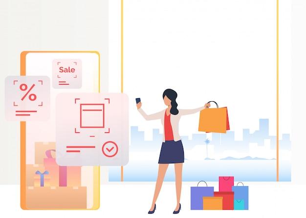 Frau, die tasche hält und online auf smartphone kauft