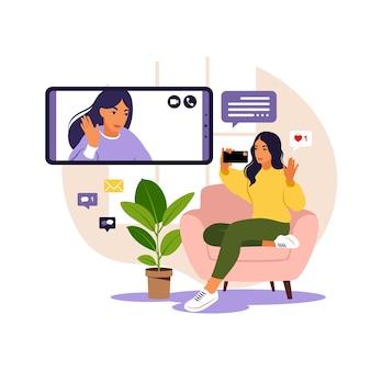 Frau, die telefon für kollektives virtuelles treffen und gruppenvideokonferenz verwendet.