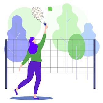 Frau, die tennis im park spielt.