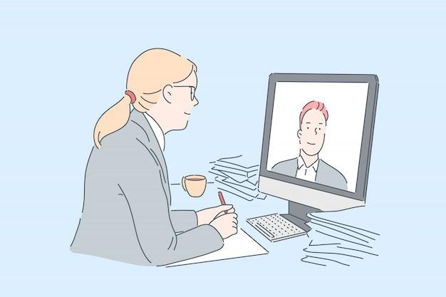 Frau, die videoanruf tätigt. büroangestellter, der online mit teilhaber, unter verwendung der modernen kommunikationstechnologien bei der arbeit, pädagogischer kurs des internets aufpassend sich verständigt. einfache wohnung