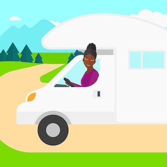 Frau, die wohnmobil fährt.