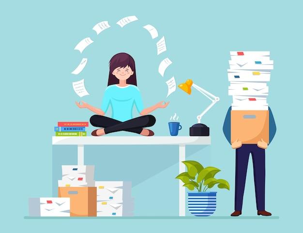 Frau, die yoga am arbeitsplatz im büro tut. arbeiter, die im lotussitz auf dem schreibtisch mit fliegendem papier sitzen, meditieren, entspannen, beruhigen, stress bewältigen.