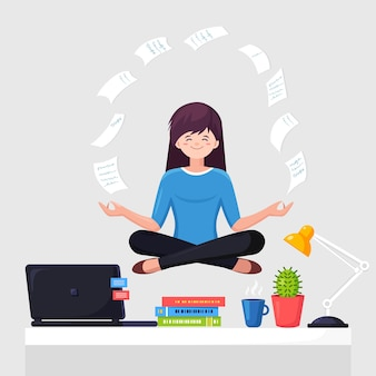 Frau, die yoga am arbeitsplatz im büro tut. arbeiter sitzen in padmasana lotus pose auf schreibtisch mit fliegendem papier, meditieren, entspannen, beruhigen und stress bewältigen.