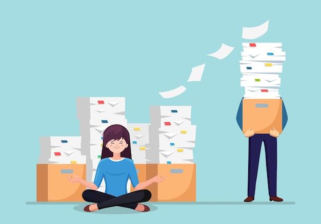 Frau, die yoga im büro mit papierstapel und beschäftigtem geschäftsmann mit stapel von dokumenten im karton tut.