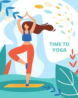 Frau, die yoga im freien im wald oder im park übt