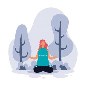 Frau, die yoga im park praktiziert