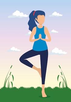 Frau, die yogaübung mit anlagen tut