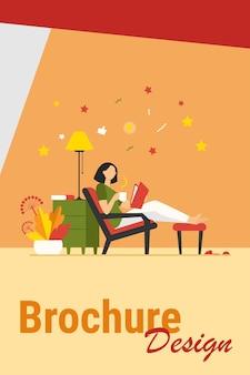 Frau, die zu hause entspannt. mädchen, das heißen tee trinkt und buch in der flachen vektorillustration des sessels liest. freizeit, abend, literaturkonzept