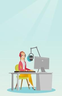 Frau dj, die am radio arbeitet