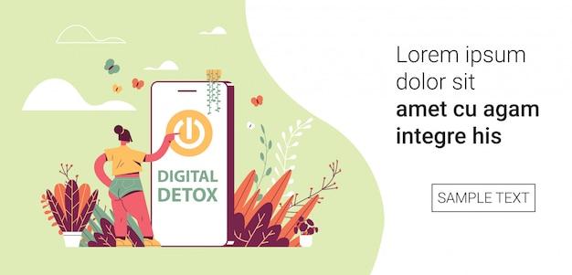 Frau drücken netzschalter auf smartphone-bildschirm digital detox urlaubskonzept