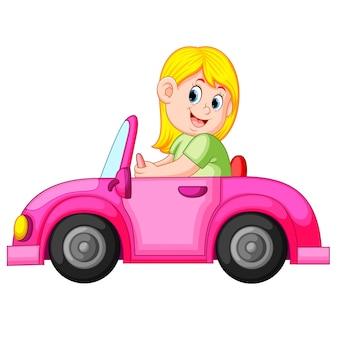 Frau fahren das saubere rosa auto mit dem glücklichen ausdruck