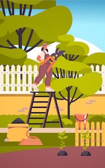 Frau gärtnerin, die sich um pflanzen kümmert mädchen beschneidet äste im hausgarten-gartenkonzept in voller länge vertikale illustration