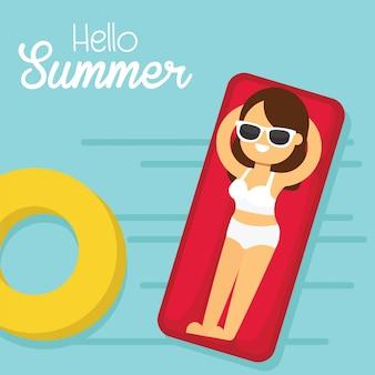 Frau gehen, in sommerferien, frau im badeanzug zu reisen, der auf sich hin- und herbewegender swimmingpoolmatratze liegt