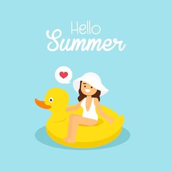 Frau gehen, in sommerferien zu reisen, tragende weiße badeanzugschwimmen des mädchens auf der aufblasbaren gelben ente