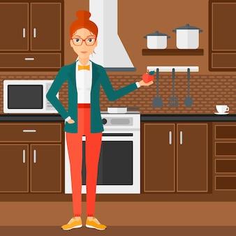 Frau hält apfel.