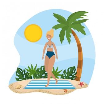 Frau im badeanzug mit palme und blätter pflanzen