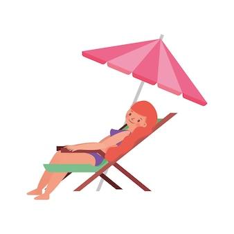 Frau im badeanzug sonnenbaden auf stuhl isoliert auf weißem hintergrund