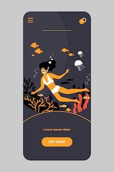 Frau im badeanzug und in der tauchmaske, die schnorchelt und ozeanleben mit fisch und riff auf mobiler app beobachtet