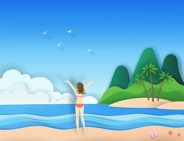 Frau im bikini stellte auf den strand ein, der zu den vögeln und zur wolke auf dem blauen himmel über dem meer mit papierschnitt schaut