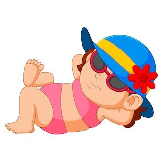 Frau im bikini und sonnenhut, die am sonnigen strand sich entspannt
