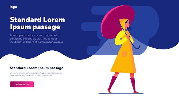 Frau im regenmantel, der regenschirm hält