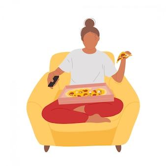 Frau im sessel, die pizza isst