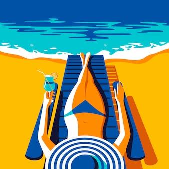 Frau in der blauen badebekleidung, die sich am strand sonnen