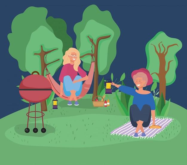 Frau in der hängematte und in anderem mit laternenpicknick