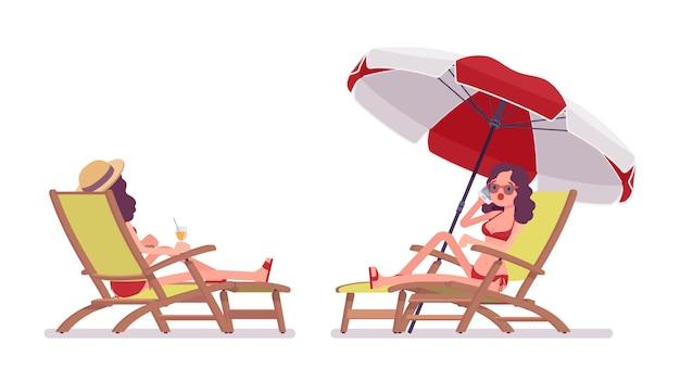 Frau in einem bikinisatz entspannend und ein sonnenbad nehmend