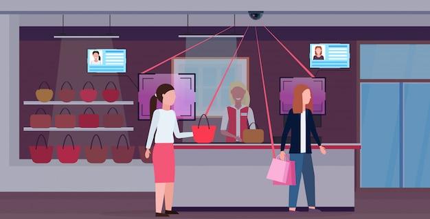 Frau kauft handtasche an der kasse kundenidentifikation gesichtserkennungskonzept überwachungskameraüberwachung cctv-system weibliches zubehör boutique interieur horizontal in voller länge