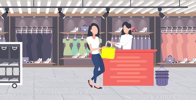 Frau kunde kauft neue handtasche an der kasse theke modegeschäft tuchladen weibliches einkaufszentrum moderne boutique interieur horizontal