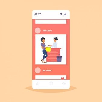 Frau kunde kauft neue handtasche an der kasse theke modegeschäft tuchladen weibliches einkaufszentrum online-mobilanwendung smartphone-bildschirm