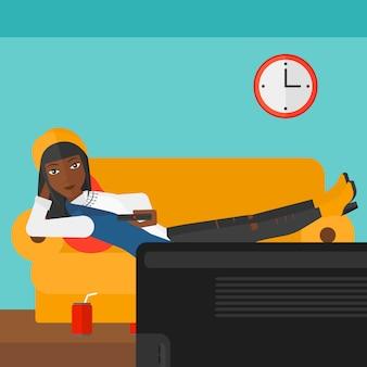 Frau liegend auf dem sofa.