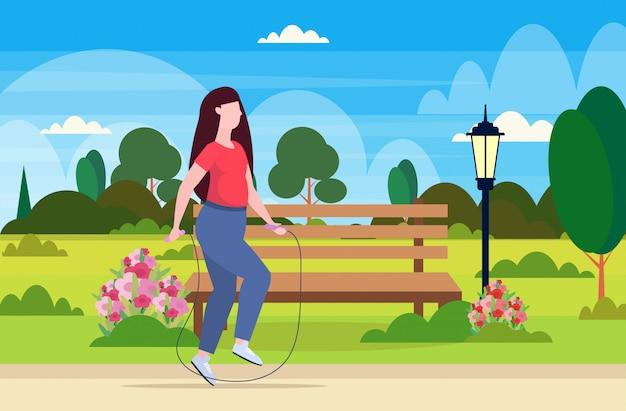 Frau macht übungen mit springseil übergewicht mädchen training workout gewichtsverlust konzept stadtpark landschaft hintergrund flache horizontale illustration in voller länge