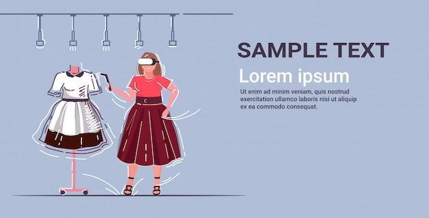 Frau mit 3d-brille und controller-mädchen erleben virtual-reality-headset auswahl kleid in bekleidungsgeschäft online-shopping augmented technology konzept in voller länge horizontalen kopierraum