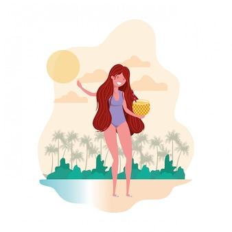 Frau mit badeanzug und ananas-cocktail in der hand