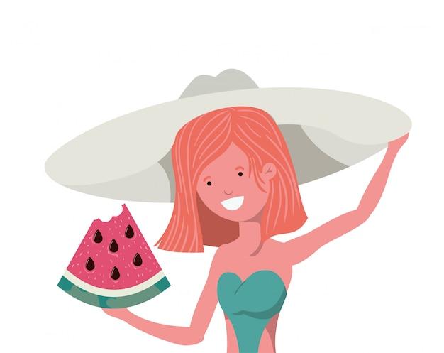 Frau mit badeanzug und teil der wassermelone in der hand