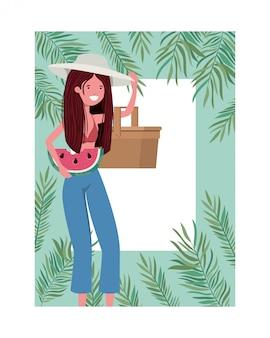 Frau mit badeanzug und teil des rahmens der wassermelone in der hand