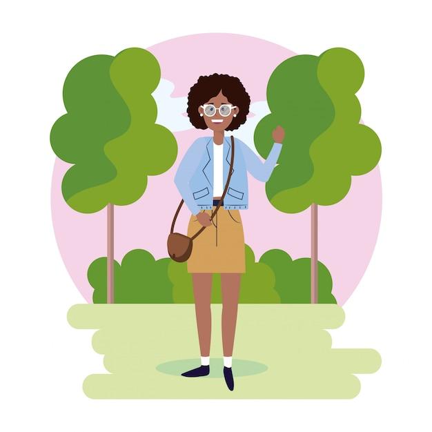 Frau mit brille mit tasche und bäume mit büschen